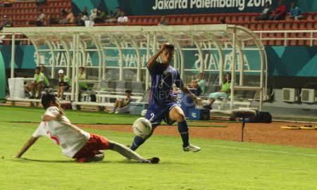Pesepak bola wanita Indonesia Riski Vivi Oktavia (kiri) menghalau bola dari pemain Chinese Taipei LIN Kailing (kanan) pada penyisihan grup A cabang sepak bola wanita Asian Games 2018 di Stadion Gelora Sriwijaya, Palembang, Sumsel, Minggu (19/8). Chinese Taipei menang atas indonesia dengan skor 4-0. Ukhuwahfoto/M. Amin Qoblal Fajri