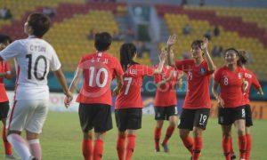 Pesepak bola wanita Korea Selatan melakukan selebrasi usai mencetak gol ke gawang Hong Kong dalam laga perempatfinal sepak bola wanita Asian Games 2018 di Stadion Gelora Sriwijaya Jakabaring, Palembang, Sumatera Selatan, Jumat (24/8). Korea Selatan menang atas Hong Kong dengan skor 5-0. Ukhuwahfoto/M. Amin Qoblal Fajri
