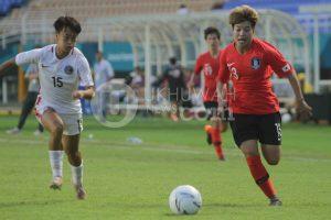 Pesepak bola wanita Korea Selatan Han Chaerin (kanan) dibayangi pesepak bola Hong Kong Yuen Hoi Dik Heidi (kiri) di pertandingan perempatfinal sepak bola wanita Asian Games 2018 di Stadion Gelora Sriwijaya Jakabaring, Palembang, Sumatera Selatan, Jumat (24/8). Korea Selatan menang atas Hong Kong dengan skor 5-0. Ukhuwahfoto/ M. Amin Qoblal Fajri