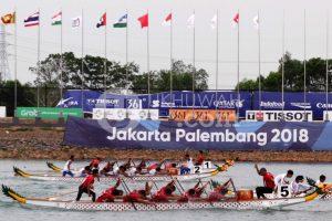 Tim perahu tradisional beradu cepat pada babak final Kompetisi Perahu Tradisional (TBR) 500 meter putra Asian Games 2018 di danau Jakabaring, Palembang, Sumatera Selatan, minggu (26/8).  Ukhuwahfoto/ M. Amin Qoblal Fajri
