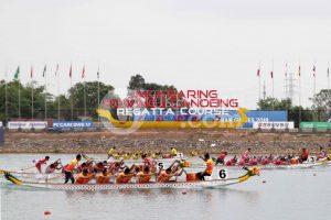 Sejumlah tim perahu tradisional beradu cepat pada babak final Kompetisi Perahu Tradisional (TBR) 500 meter putri Asian Games 2018 di danau Jakabaring, Palembang, Sumatera Selatan, Minggu (26/8). Ukhuwahfoto/ M. Amin Qoblal Fajri