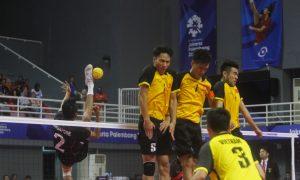 Pemain sepak takraw putra singapore Bin Safie Muhammad a'fif (atas) menendang bola kearah pemain Vietnam di pertandingan penyisihan quadrant putra sepak takraw Asian Games 2018 di GOR Ranau, Jakabaring Sport City (JSC), Palembang, Sumatera Selatan, Kamis (30/8). Ukhuwahfoto/ M. Amin Qoblal Fajri Vietnam menang 2-1 pada pertandingan tersebut