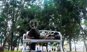 Salah satu pengunjung berisitirahat di salah satu taman di dekat Stadion Utama Gelora Sriwijaya Palembang/ Ukhuwahfoto/Nopri Ismi