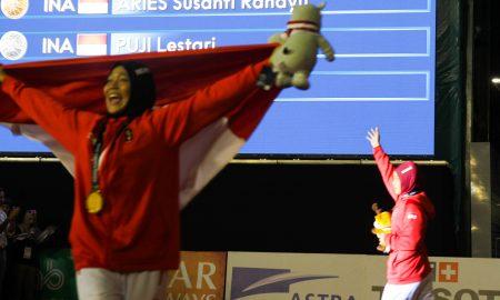 Atlet panjat tebing Indonesia Aries Susanti Rahayu (kiri) melakukan selebrasi bersama rekan senegara, Puji Lestari (kanan).Setelah memenangkan final katagori speed putri di Arena Panjat Tebing Jakabaring Sport City, Wall Climbing Arena, Palembang, Sumatera Selatan, Kamis (23/8). Aries memastikan medali emas setelah menang atas rekan senegara, Puji Lestari, pada partai final. Ukhuwahfoto/ M. Amin Qoblal Fajri