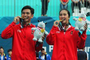 Cristopher Rungkat (kiri) dan Aldila Sutjiadi (kanan) memperoleh medali emas dalam cabor Tenis ganda campuran Asian Games 2018 di Venue Tenis Jakabaring Sport City Palembang, (25/8/2018). Ganda campuran Indonesia berhasil menghentikan perlwanan tim Thailand Ratiwana dan Luksika Kumkhum, 6-4, 7-5, (10-17). Ukhuwahfoto/Sobarudin