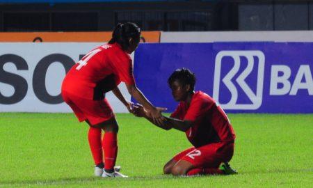 Pesepak Bola wanita indonesia Oktaviani Ade Mustika (kiri) menyemangati rekan se-timnya Putri Rizki Amalia (kanan) pada Pertandingan cabang sepak bola wanita pada Penyisihan Grup A Sepakbola Wanita Asian Games 2018 di Stadion Glora Sriwijaya, Palembang, Sumsel, Indonesia, Jumat (17/8). Dalam pertandingan tersebut dimenangkan Korea Selatan dengan skor akhir 12-0 Ukhuwahfoto/M.Amin Qoblal Fajr