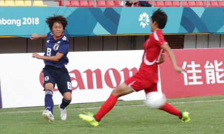 Pesepak bola wanita Jepang Iwabuchi (kiri) membawa bola dihadang pesepak bola Korea Utara Son Ok Ju (kanan) pada pertandingan perempatfinal sepak bola wanita Asian Games 2018 di Stadion Gelora Sriwijaya Jakabaring, Palembang, Sumatera Selatan, sabtu (25/8). Jepang sukses melaju ke babak semifinal usai menang dengan skor 2-1.Ukhuwahfoto