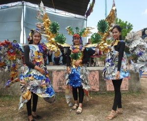 Gaun Daur Ulang Sampah; Plastik, Kertas, Karung etc, Dalam Acara Fashion Show Tingkat Pelajar Se-SMA Negeri 1 Tungkal Jaya/IST