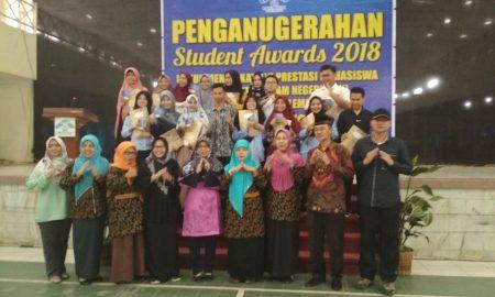 Sejumlah mahasiswa berprestasi UIN RF berfoto bersama saat acara Student Award 2018 di gedung Academic Centre UIN RF, (14/11/2018). Ukhuwah foto/UIN RF