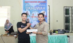 Hari Sapto (kiri) menerima jabatan Pemimpin Umum 2019 secara simbolik dari Nopri Ismi (kanan) selaku Pemimpin Umum 2018 dalam kegiatan Musra LPM Ukhuwah di Student Center UIN RF Palembang, (23/12/2018). Ukhuwahfoto/Adam