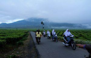 Pagi harinya, sejumlah petani dan pelajar berpapasan untuk melaksanakan aktivitas masing-masing. Ukhuwahfoto/Nopri Ismi