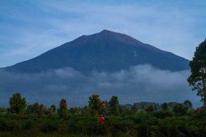 Seorang pendaki melihat pemandangan gagahnya Gunung Kerinci di pagi hari. Ukhuwahfoto/Nopri Ismi