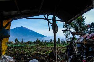 Pemadangan Gunung Kerinci berbingkai pondok kebun milik salah satu warga Desa Kersik Tuo, Kerinci. Ukhuwahfoto/Nopri Ismi