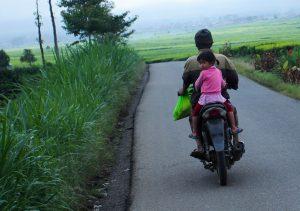 Warga yang pulang dari ladang. Ukhuwahfoto/Nopri Ismi